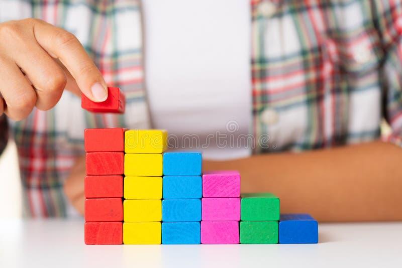 Concept de base de succès de bâtiment Les femmes remettent coloré mis photo stock