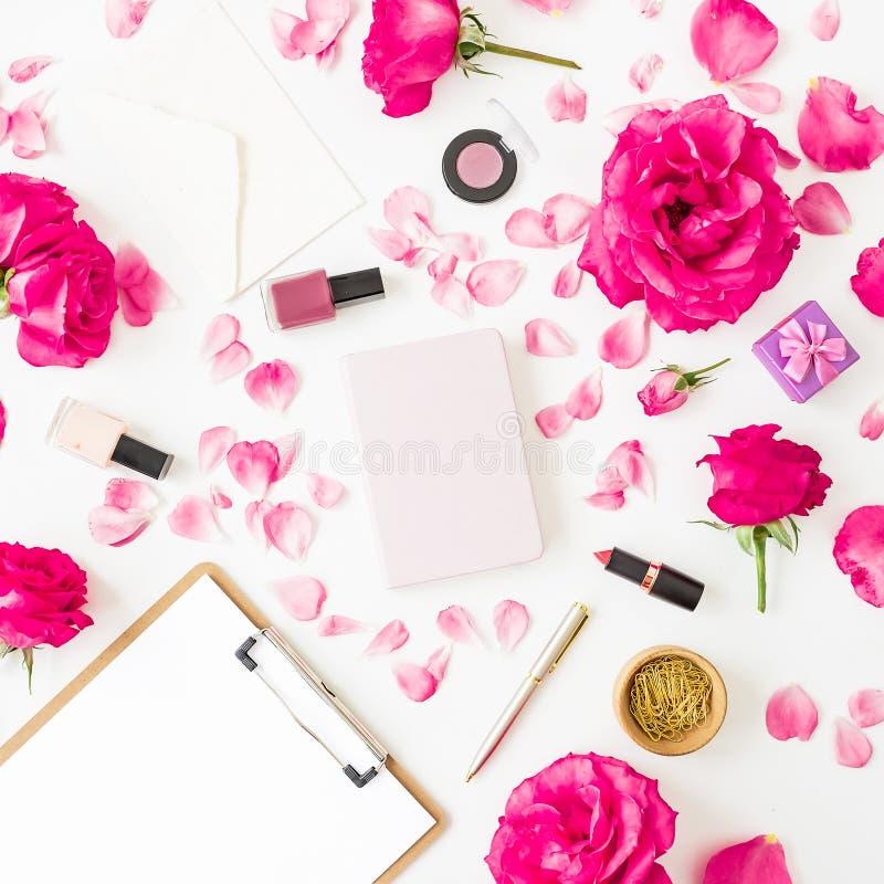 Concept de beauté avec des cosmétiques - rouge à lèvres, fards à paupières, vernis à ongles, roses et presse-papiers rose et carn images libres de droits