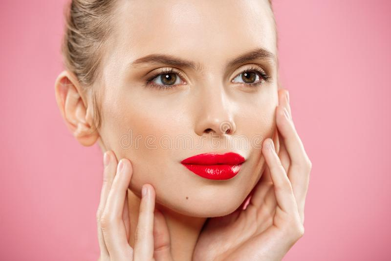 Concept de beauté - fermez-vous vers le haut du jeune portrait magnifique de visage de femme de brune Beauté Girl modèle avec les images libres de droits