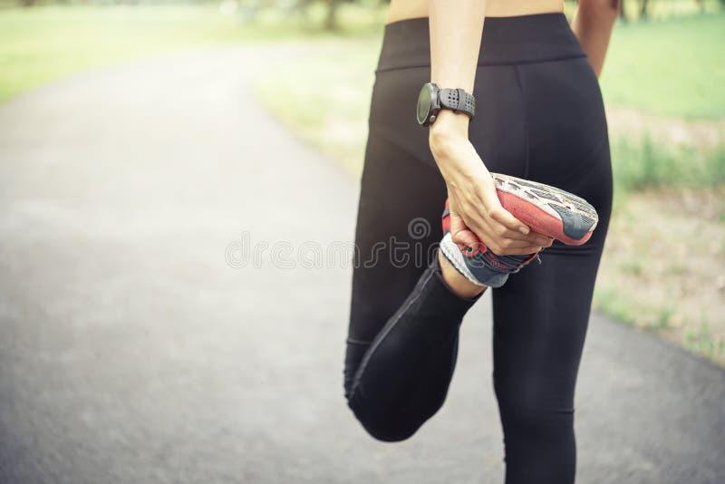 concept de bien-être de séance d'entraînement Fermez-vous vers le haut des pieds de coureur avec la chaussure de course photographie stock libre de droits