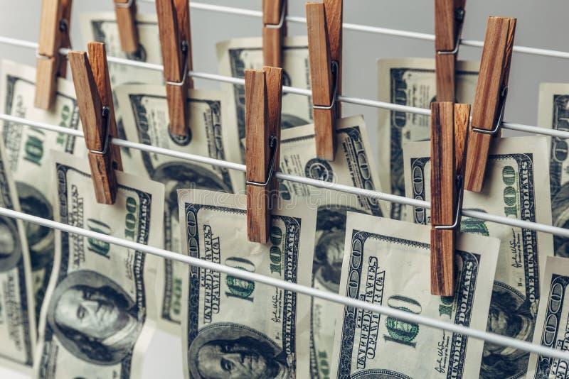 Concept de blanchiment d'argent Dollars US traînés pour sécher images stock