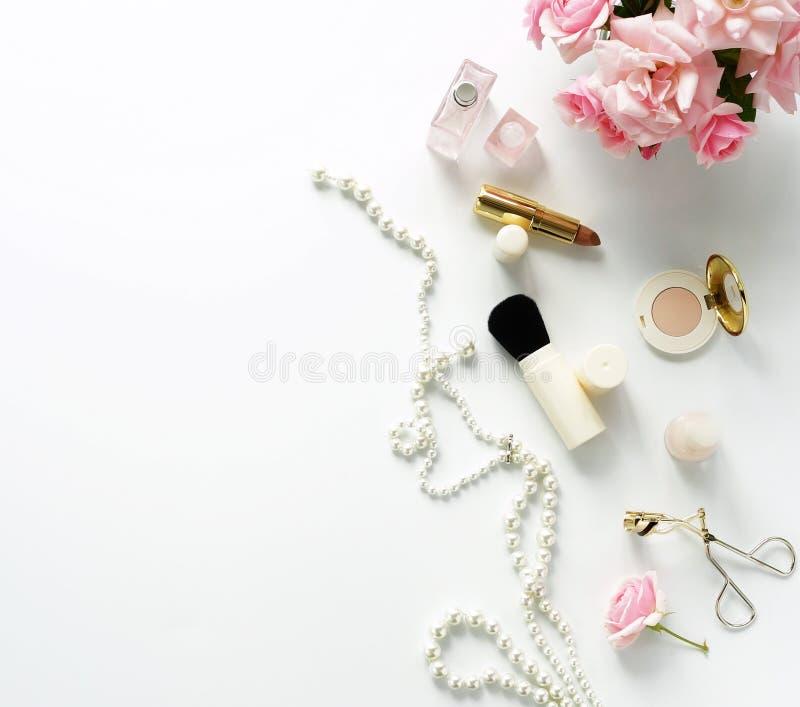 Concept de blog de beauté La femelle composent des accessoires photographie stock libre de droits