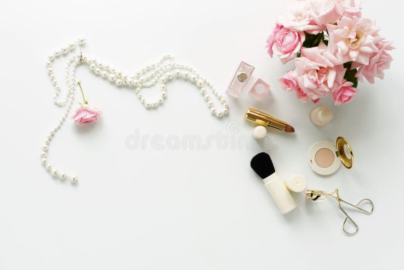 Concept de blog de beauté La femelle composent des accessoires photos stock