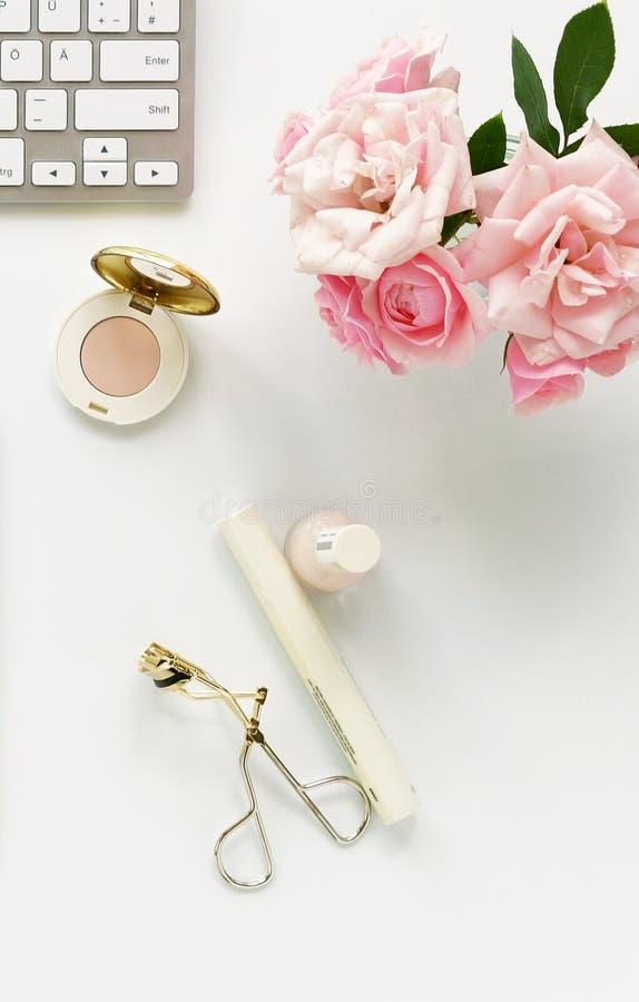 Concept de blog de beauté La femelle composent des accessoires et des roses image libre de droits