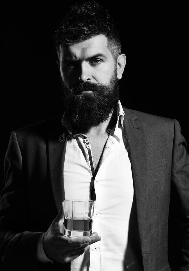 Concept de boissons et de partie Homme d'affaires avec la barbe et la boisson image stock