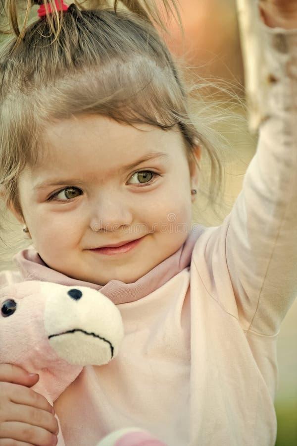 Concept de bonheur d'enfants d'enfance d'enfant Fille d'enfant avec le sourire sur le jeu adorable de visage avec le jouet photographie stock libre de droits