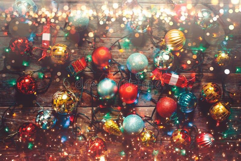 Concept 2019 de bonne année et de Joyeux Noël Boules colorées de décorations sur le fond en bois avec des cierges magiques photos libres de droits
