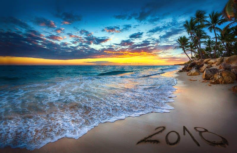 Concept 2018 de bonne année, marquant avec des lettres sur la plage Lever de soleil de mer images stock