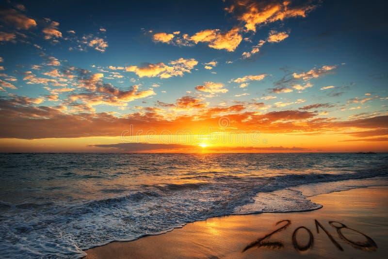 Concept 2018 de bonne année, marquant avec des lettres sur la plage Lever de soleil de mer images libres de droits
