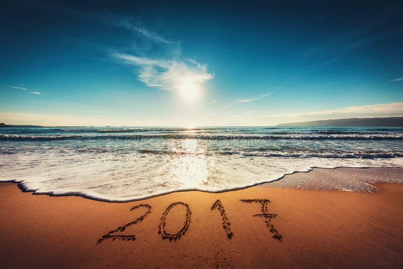 Concept 2017 de bonne année sur la plage de mer ; tir de sunrsie images stock