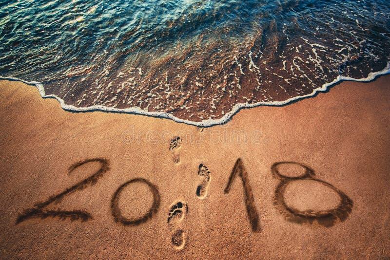 Concept 2018 de bonne année sur la plage de mer au lever de soleil photographie stock