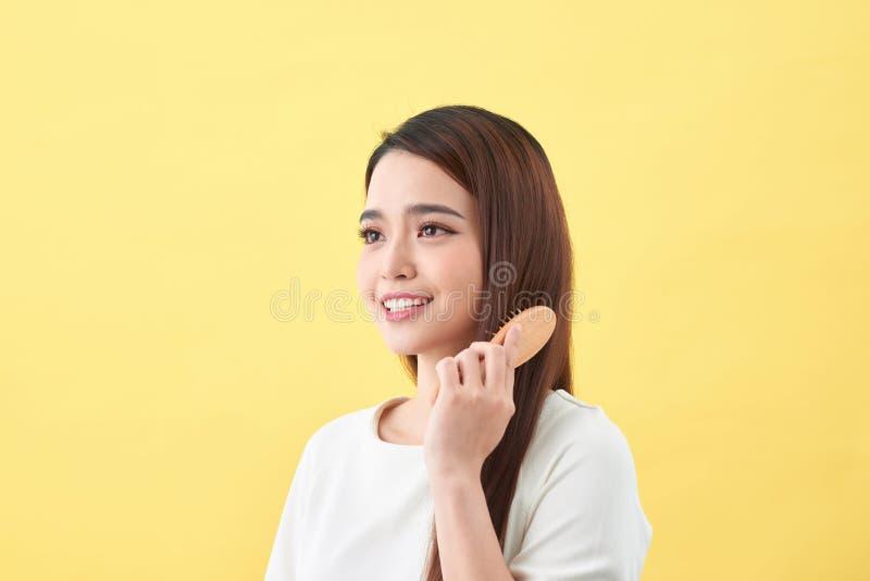 Concept de bons cheveux sains Jolie belle femme avec du charme avec le sourire de lancement photographie stock libre de droits