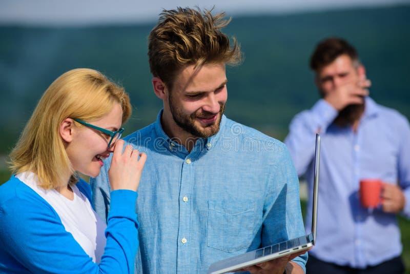 Concept de bourreaux de travail Le couple fonctionne l'outrage de la pause-café Collègues travaillant l'ordinateur portable, patr image stock