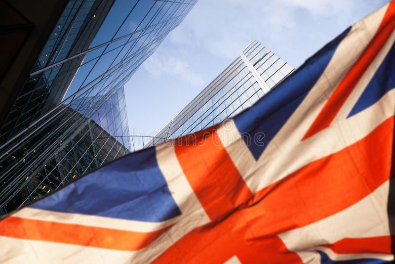 concept de brexit - économie BRITANNIQUE après affaire de Brexit - double exposition des gratte-ciel de centre de drapeau et d'af image libre de droits