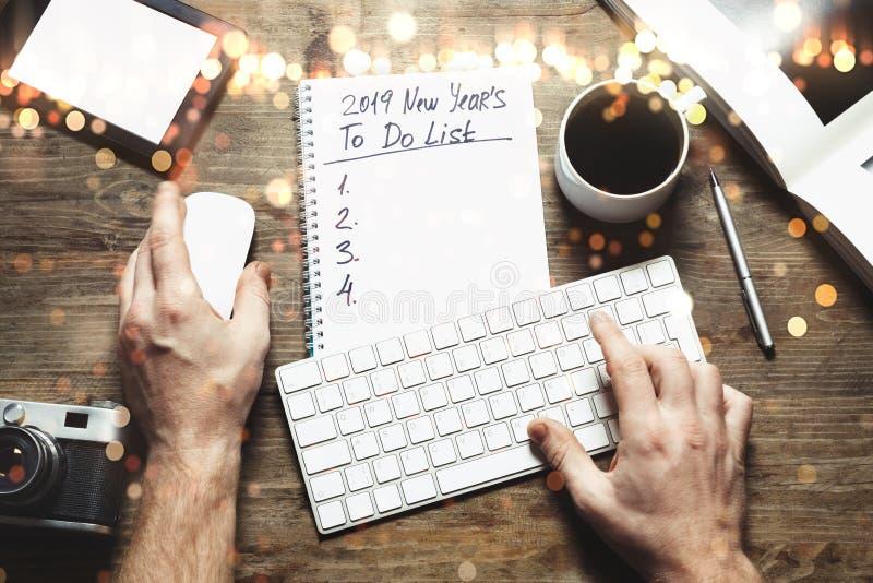 Concept de buts de la nouvelle année 2019 Bloc-notes avec pour faire la liste images libres de droits