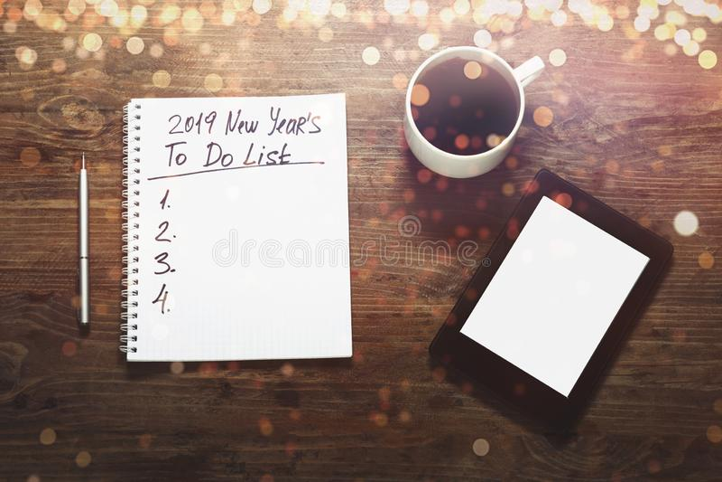 Concept de buts de la nouvelle année 2019 Nombre et texte sur le bloc-notes tablette images libres de droits