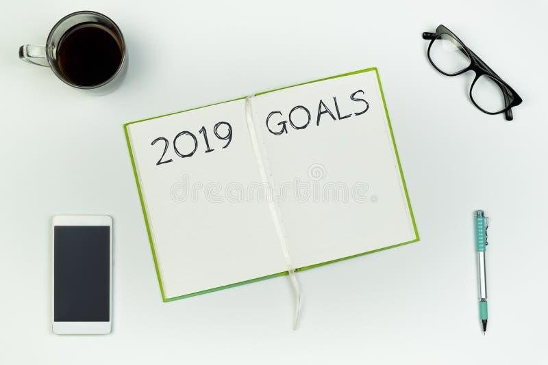 Concept de buts de nouvelle année Vue supérieure de livre ouvert de copie sur la table blanche avec photographie stock libre de droits