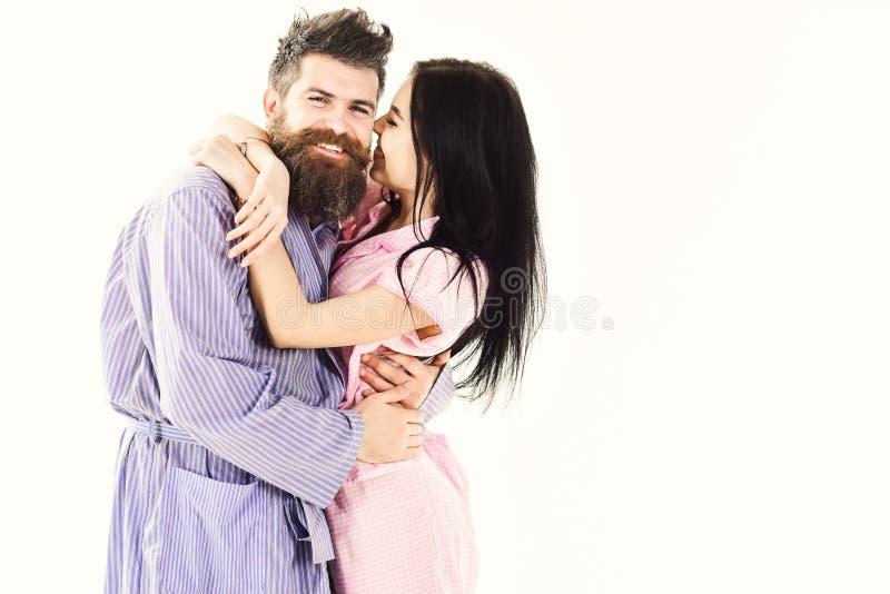 Concept de buts de relations Couples dans l'amour étreignant dans le pyjama, peignoir Couplez la caresse, fille embrassant le mac photographie stock libre de droits