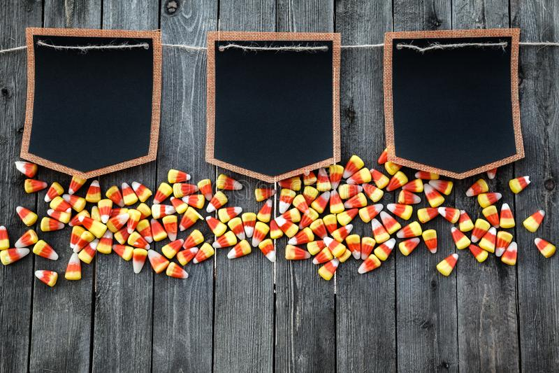 Concept de célébration de Halloween avec des bonbons au maïs et des maquettes noires photos stock