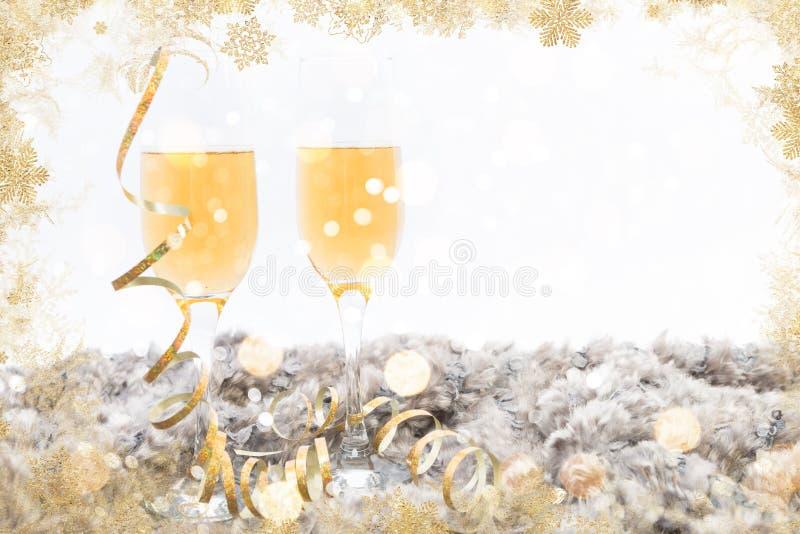 Concept de cadre de bonne année avec deux verres de champagne image libre de droits