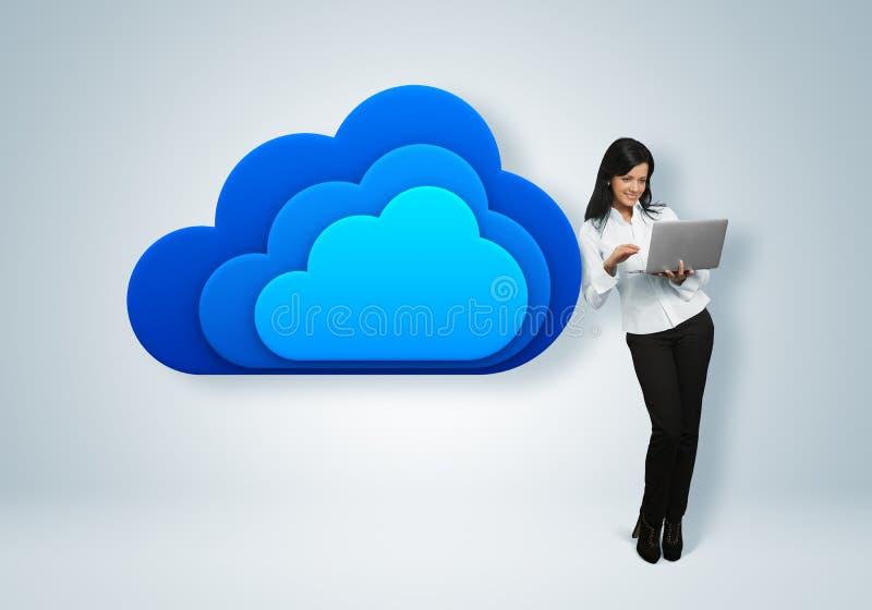 Concept de calcul d'idée de nuage. La femme d'affaires se tient prêt le nuage image stock