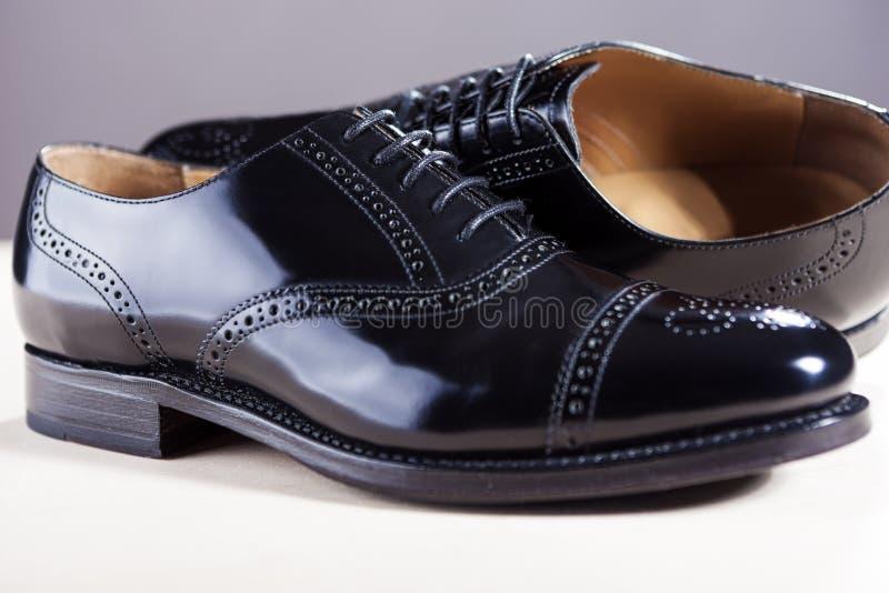 Concept de chaussures Paires de nouvel Oxfords masculin élégant noir Laqured image libre de droits