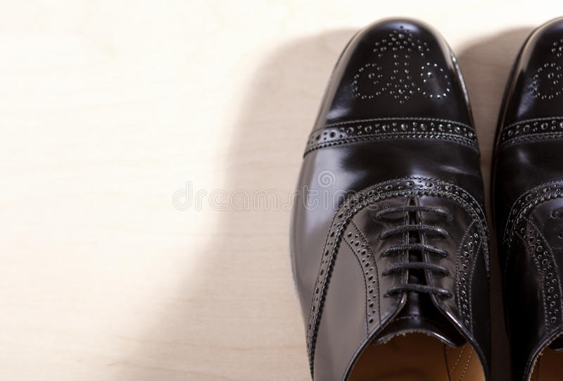 Concept de chaussures Paires de Semi-Br masculin à la mode noir d'Oxfords images libres de droits