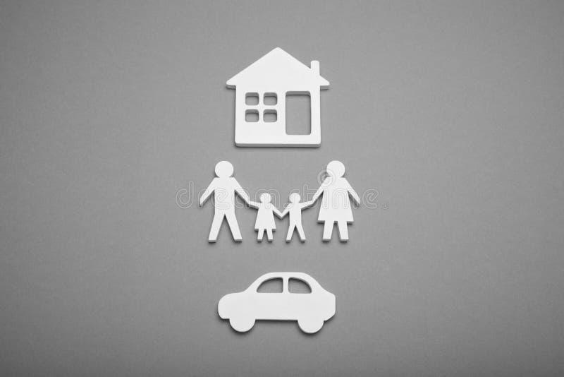 Concept de chiffre de famille avec la voiture et la maison Agence d'appartement, maison d'achat images libres de droits