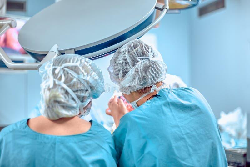 Concept de chirurgie, de médecine et de personnes - groupe de chirurgiens à l'opération dans la salle d'opération à l'hôpital photographie stock