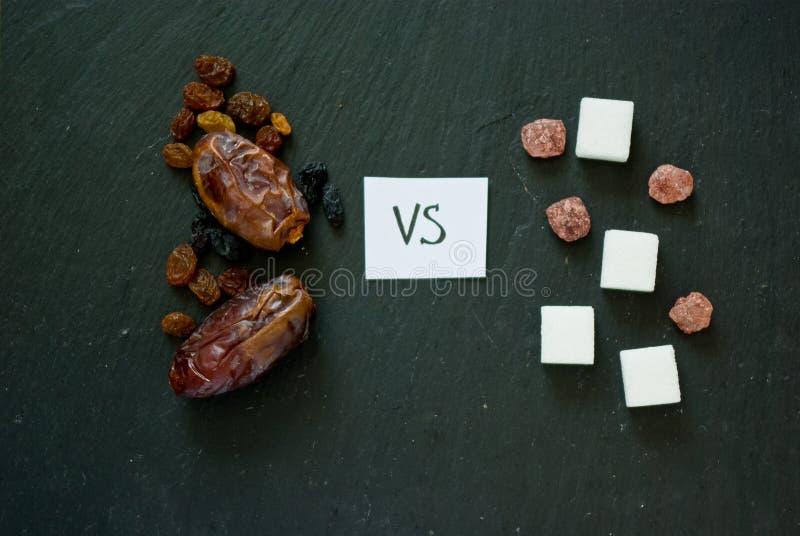 Concept de choix entre les bonbons naturels sains et artificiel photo libre de droits