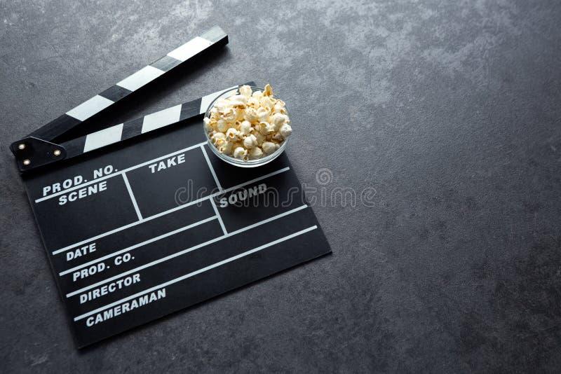 Concept de cinéma avec l'ensemble d'éléments de théâtre de film de panneau de clapet photo libre de droits