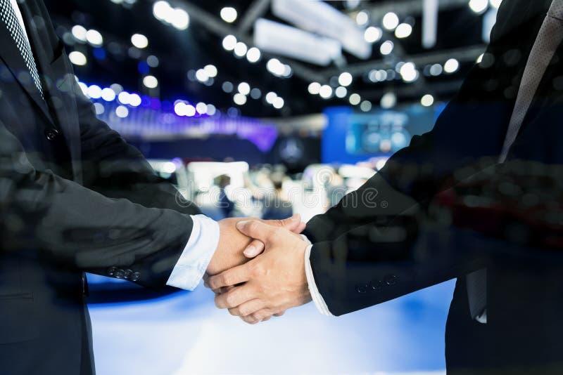 Concept de commerce de l'automobile, de vente de voiture, d'affaire, de geste et de personnes - Clos photos libres de droits