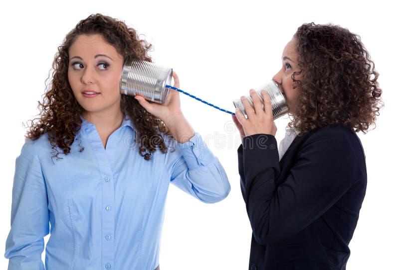Concept de communication : femme d'isolement par deux d'affaires parlant avec photo stock