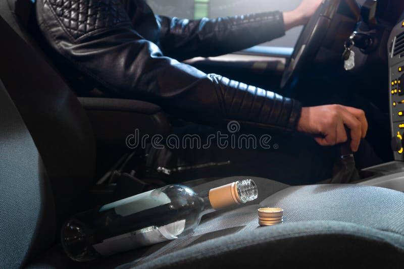 Concept de conduite en état d'ivresse Jeune homme conduisant la voiture sous l'influence image stock