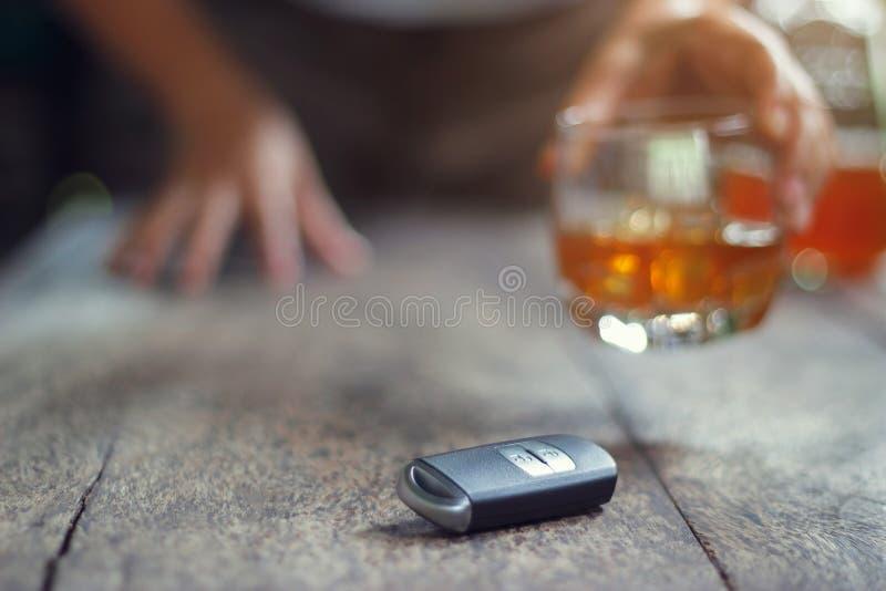 Concept de conduite en état d'ivresse, main d'homme jugeant la boisson alcoolisée en verre photographie stock