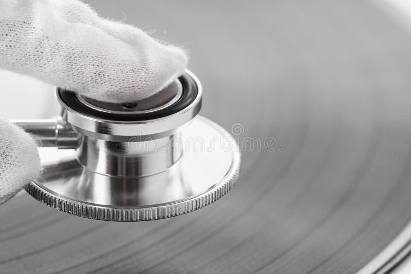 Concept de connaisseur de la vieille musique sur le vinyle avec le bruit analogue photos stock