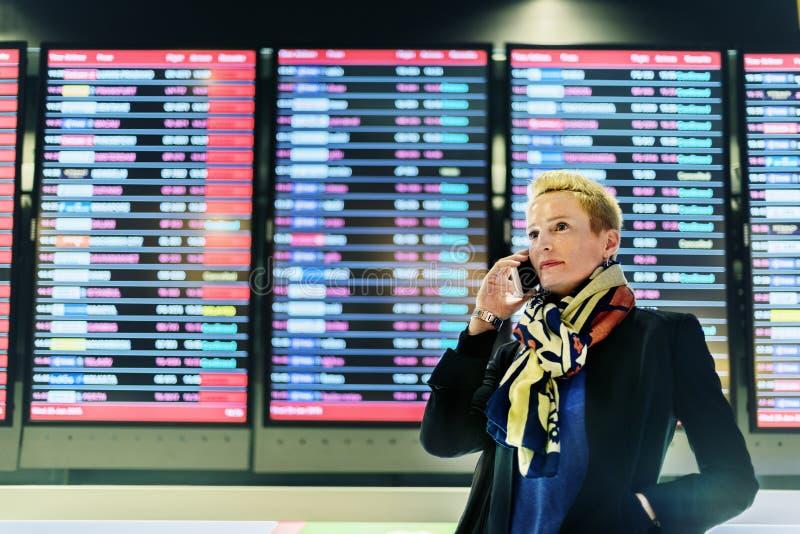 Concept de connexion de téléphone de Lifestyle Using Mobile de femme d'affaires images libres de droits