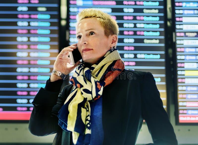 Concept de connexion de téléphone de Lifestyle Using Mobile de femme d'affaires image stock