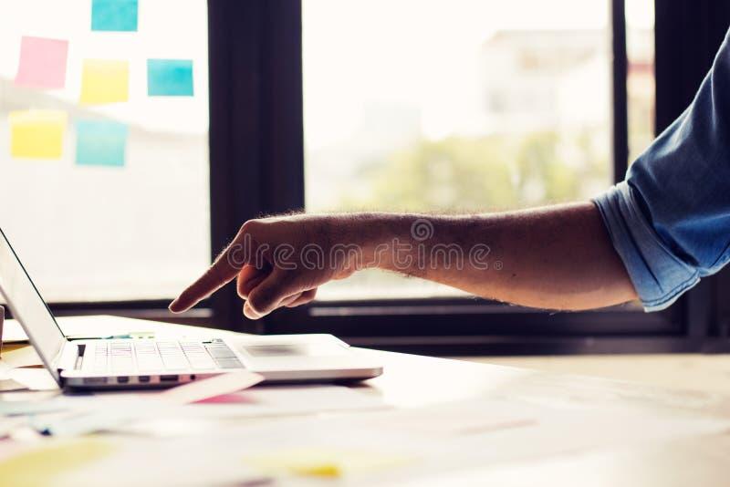Concept de connexion et de technologie, main d'ordinateur portable d'utilisation de l'homme dedans  photo libre de droits