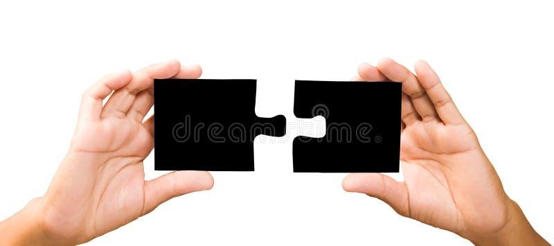 Concept de connexion mains avec des morceaux de puzzle noir images stock