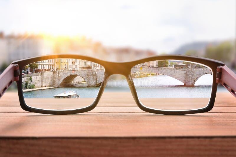 Concept de correction de vue avec des verres sur une balustrade de pont photo stock