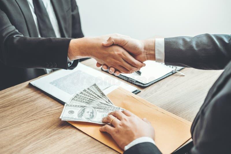 Concept de corruption, homme d'affaires passant le corru de billets d'un dollar d'argent images stock