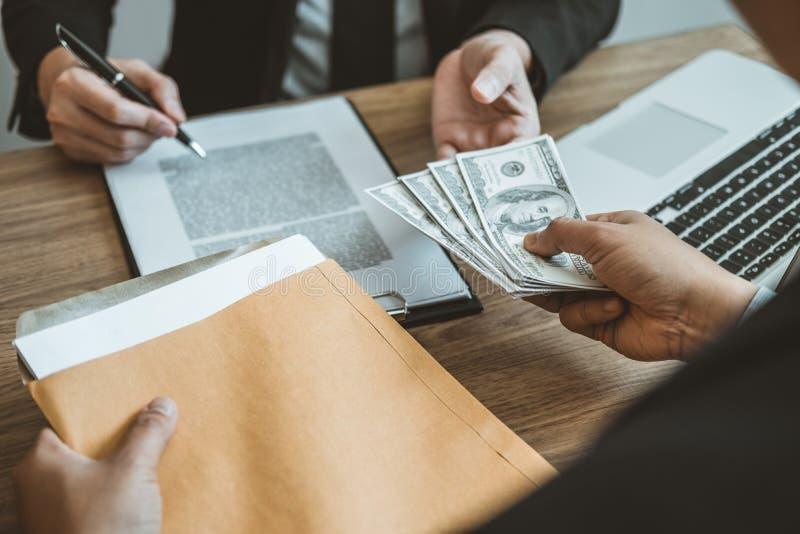Concept de corruption, homme d'affaires passant le corru de billets d'un dollar d'argent photographie stock libre de droits