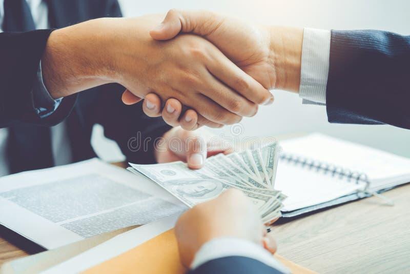 Concept de corruption, homme d'affaires passant le corru de billets d'un dollar d'argent image stock