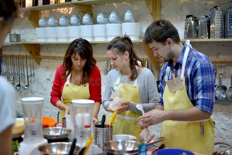 Concept de cours de cuisine, culinaire, de nourriture et de personnes photos libres de droits