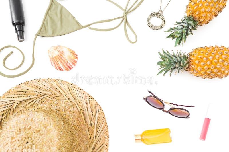 concept de course Vue des vêtements de bain de fruits d'ananas, en verre de soleil, de chapeau de paille et de bikini sur le fond image libre de droits