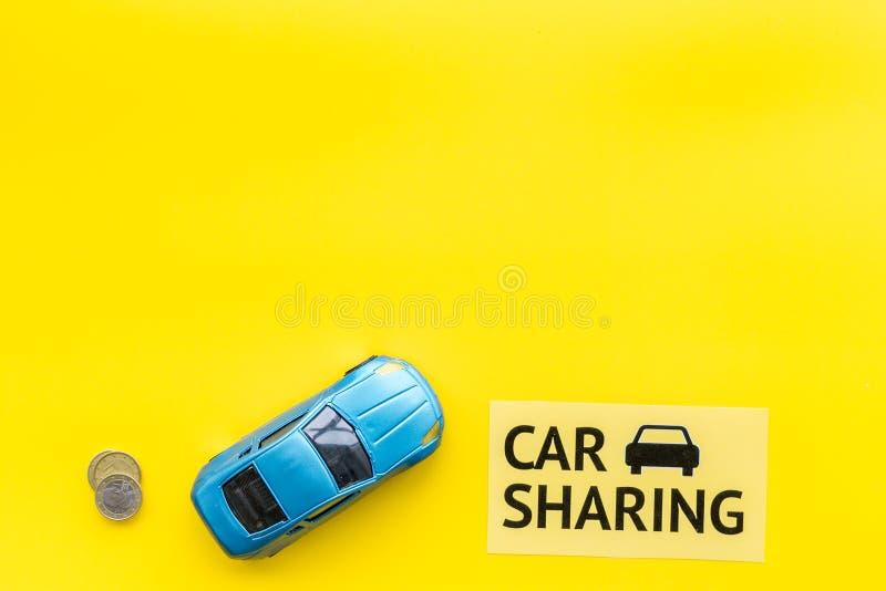 Concept de covoiturage, signe de covoiturage Économique, voyage de puce Voiture de jouet près des pièces de monnaie sur l'espace  photo libre de droits