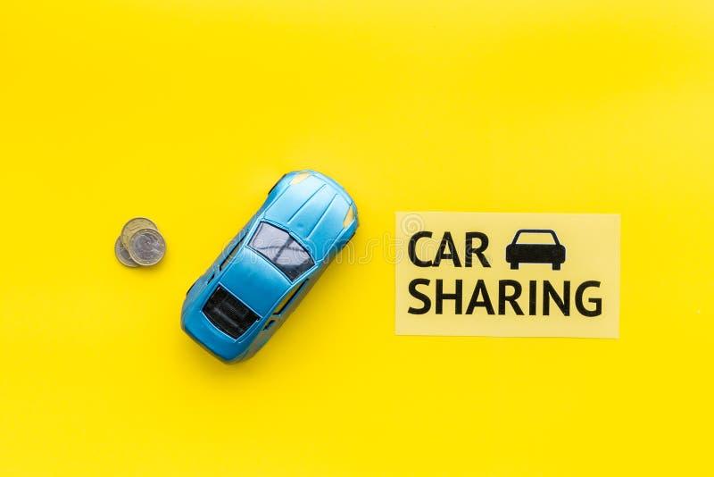 Concept de covoiturage, signe de covoiturage Économique, voyage de puce Voiture de jouet près des pièces de monnaie sur l'espace  photos libres de droits