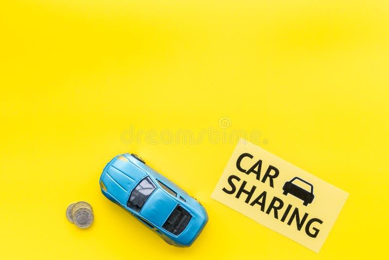 Concept de covoiturage, signe de covoiturage Économique, voyage de puce Voiture de jouet près des pièces de monnaie sur l'espace  images stock