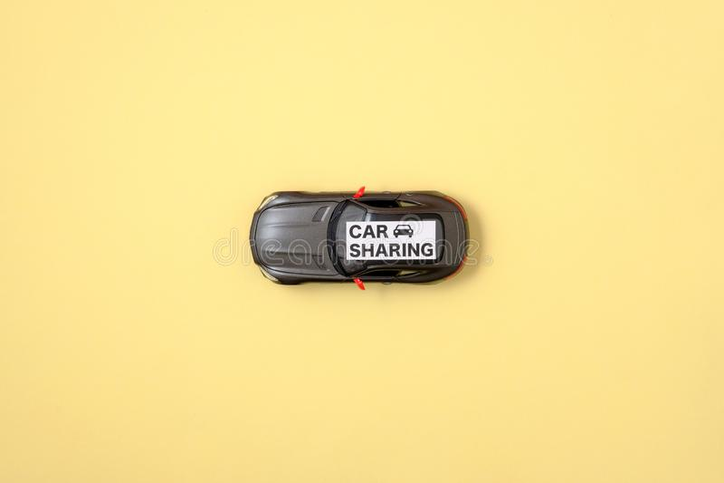 Concept de covoiturage Signe de voiture et de textes de jouet images libres de droits